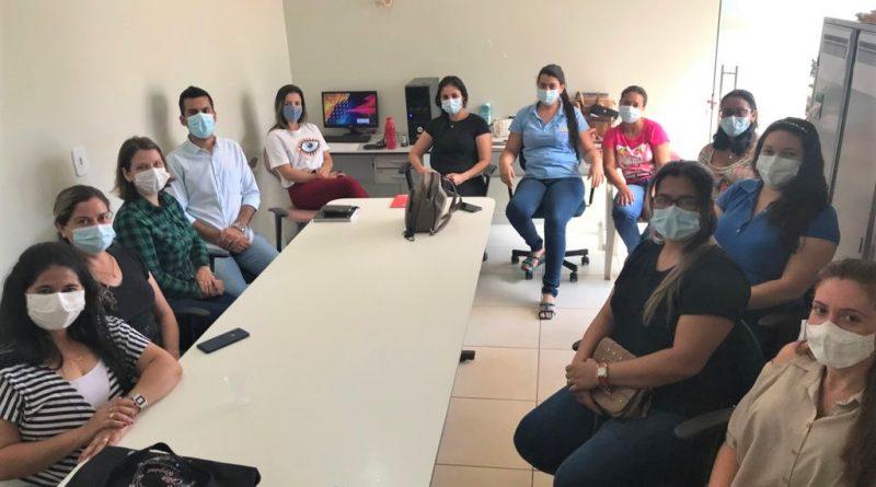 A Coordenadora do CRAS de Planura, Cíntia Fernanda de Abreu Piati, juntamente com a Psicóloga do CRAS, Célia Regina e da Assistênte Social, Tânia Mara, participaram de uma reunião com o Diretor da Atenção Primária, Rodrigo Bandeira, e as agentes de saúde de cada UBS